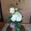 写真: 部屋に飾ったバラ&フジバカマ