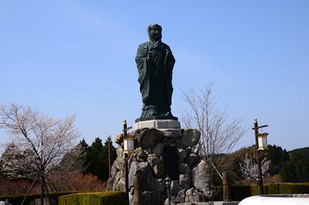 伝教大師像と桜