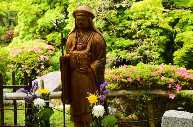 皐月の前の伝教大師像