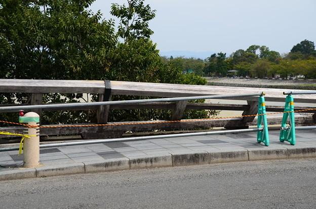 強風で倒れた渡月橋の欄干