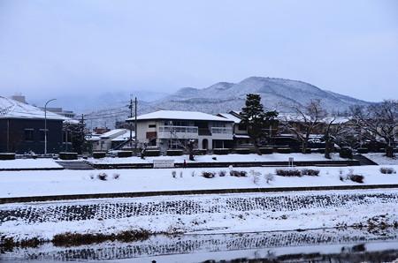 雪の賀茂川と鷹ヶ峰三山