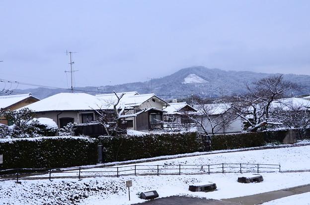 雪の賀茂川と大文字
