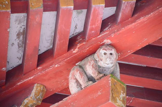 屋根を支えるお猿さん