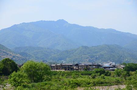 松尾橋から見る愛宕山と鳥居形