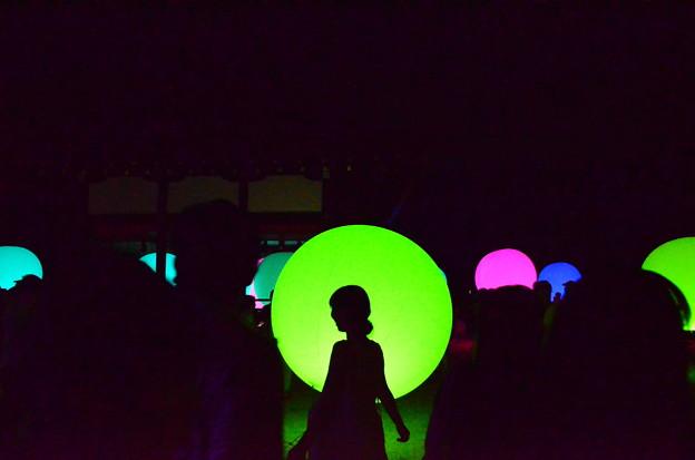 浮遊する、呼応する球体