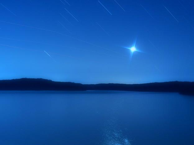 青き夜空と月の道