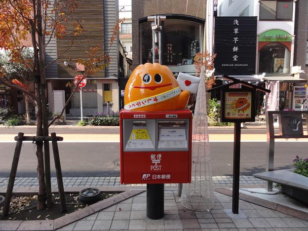 """Photos: """"オレンテくん""""ポスト~浅草公会堂前"""