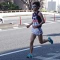 写真: 悔しいゴールへと向かう明治大学山田稜選手