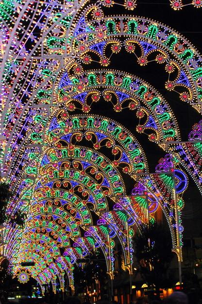 闇夜に浮かぶ七色の回廊