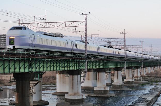 多摩川橋梁を渡るE351系特急スーパーあずさ号