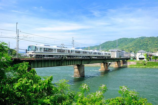 宇治川を渡る221系電車