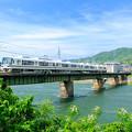 写真: 宇治川を渡る221系電車