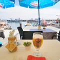 写真: 港が見えるテーブル