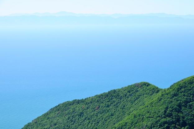遠くに佐渡島を望む