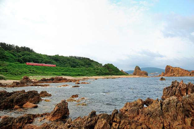 行合崎の岩場を行く五能線ローカル列車