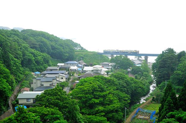 小入川橋を渡るローカル列車