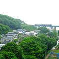 写真: 小入川橋を渡るローカル列車