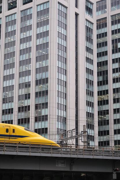 Photos: ビルの谷間に黄色