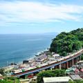 Photos: 海を見下ろす鉄橋を行く
