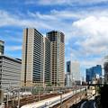写真: 夏雲と新幹線