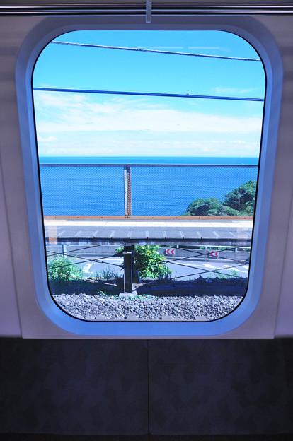 車窓に見える海