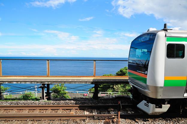根府川駅に停車する東海道線の電車