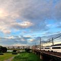 写真: 夕日に輝くスカイライナー