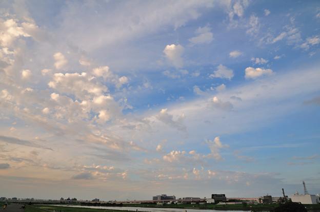 ちぎれた雲が夕日に照らされて