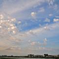 写真: ちぎれた雲が夕日に照らされて