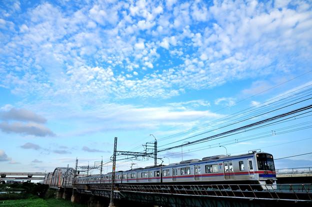 うろこ雲とステンレスカー