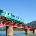 写真: 雲一つない空に青い列車
