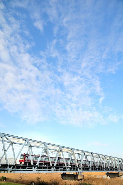 広がる雲と京急1000形電車