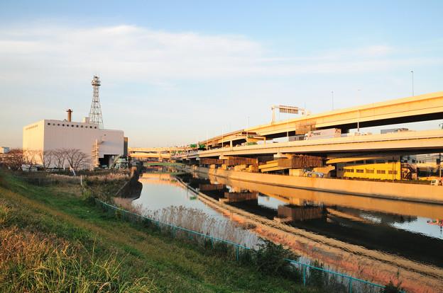綾瀬川と高速道路