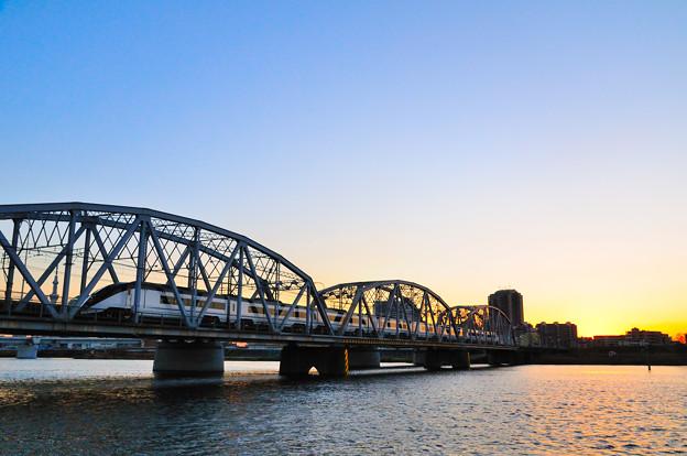 シルエットのトラス橋とスカイライナー