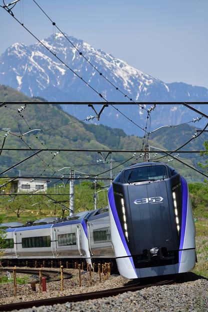 甲斐駒ケ岳とE353系特急あずさ号