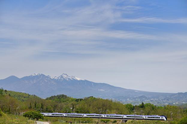 八ヶ岳とE353系特急あずさ号
