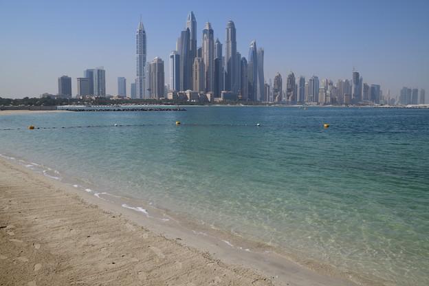 ビル群とビーチ