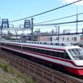 スカイツリーを背景に東武線を行く特急りょうもう号