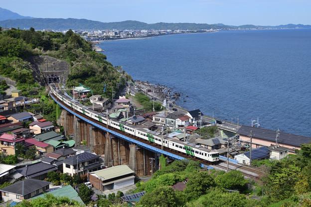鉄橋を渡る185系踊り子号