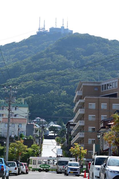 函館山の麓を行く