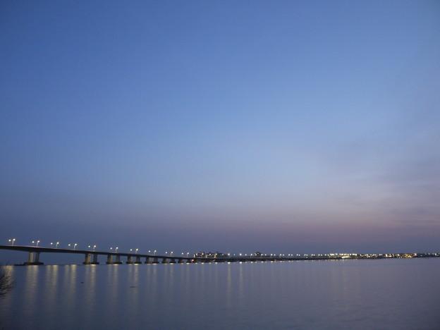 夜明け前の琵琶湖大橋