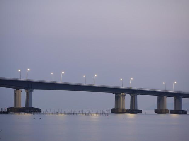 夜明けを待つ琵琶湖大橋
