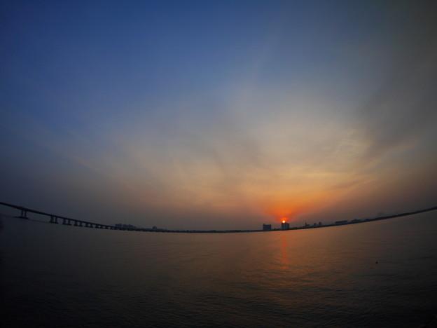 琵琶湖大橋と日の出