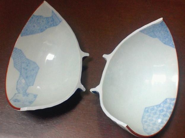 不吉といえばこれ一昨年夏のわたしのお茶碗なんだけどこの割れかたやばくない…??(たしか落としたりしてなくて置いたら割れた)