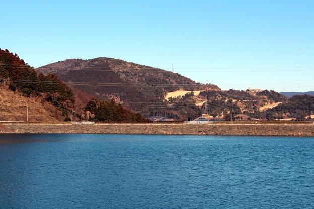 写真: 大原調整池(五葉湖)と吉祥山