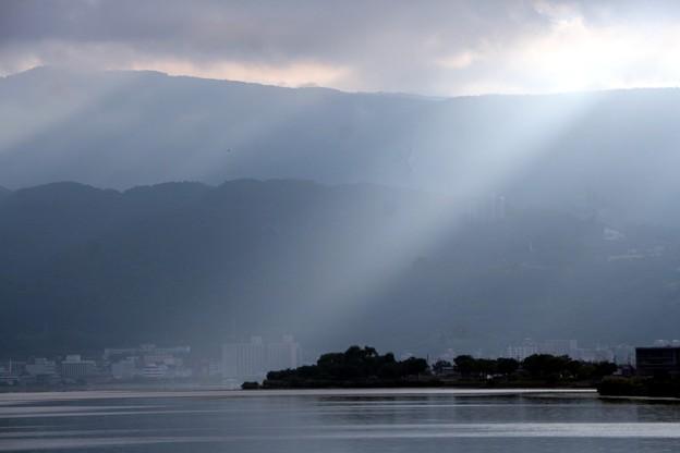 写真: 諏訪湖に降り注ぐ斜光