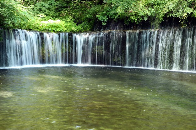 白糸の滝「高さ・3m、幅・70m