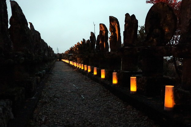 石仏百体観音に幻想的な写経燈籠