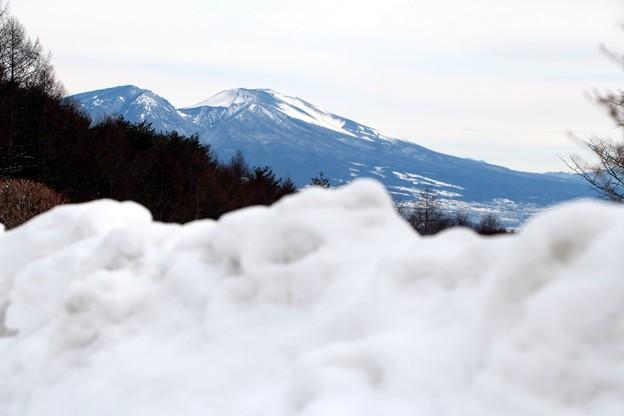 雪の壁越しの浅間山