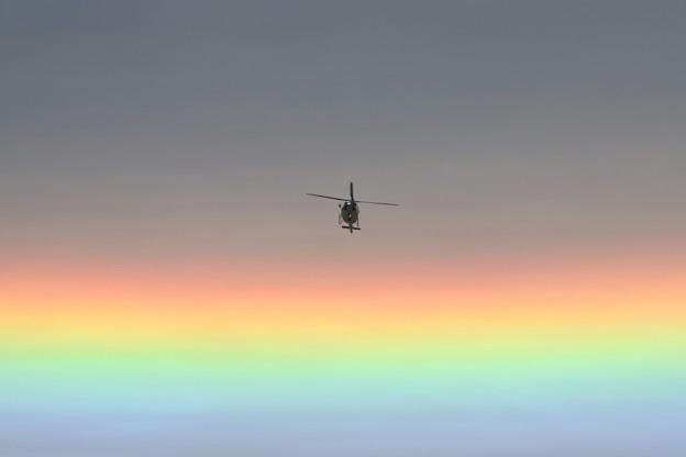 空を彩る光とヘリコプター